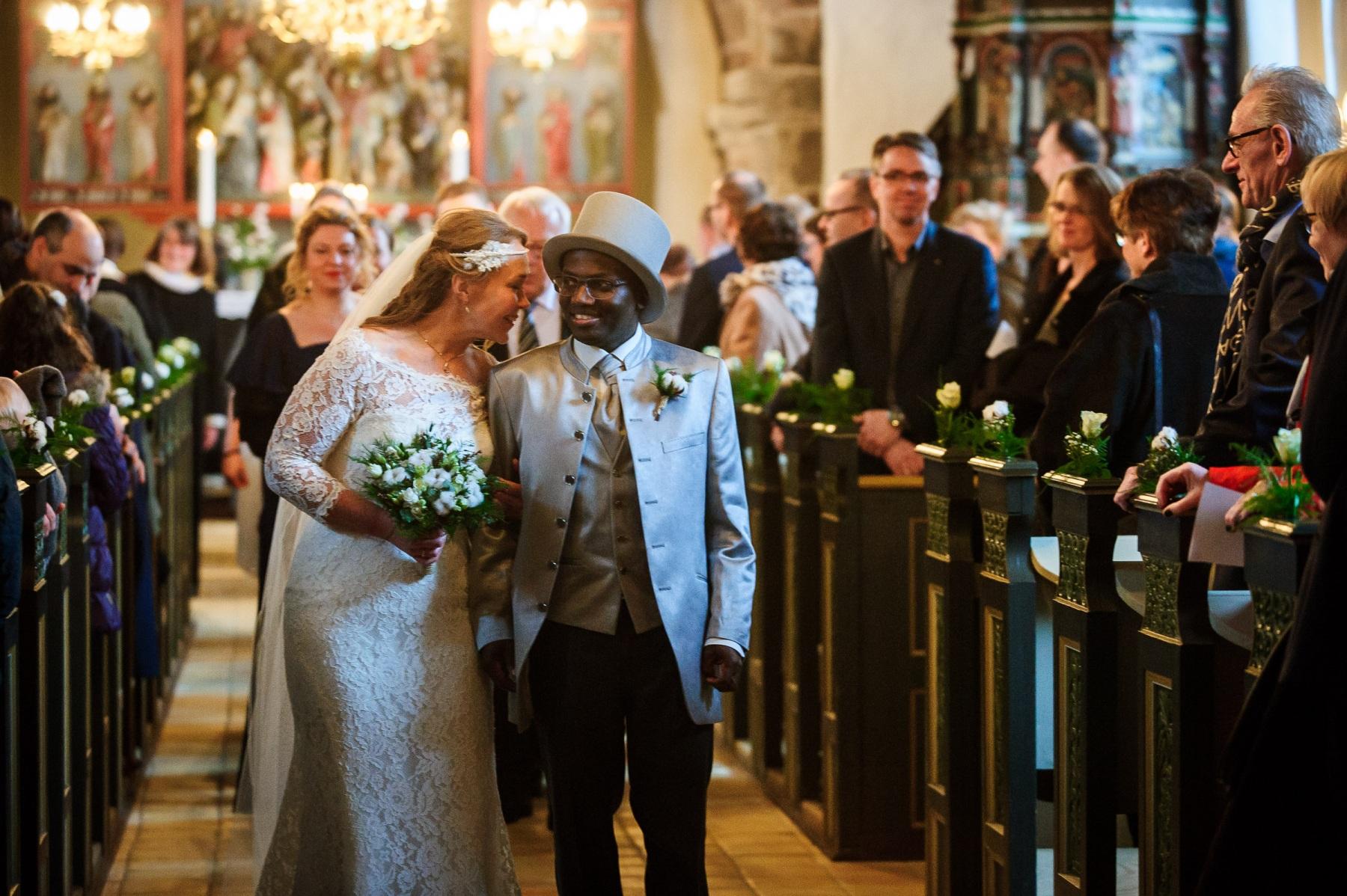 Billede af brudepar på vej ud af kirke