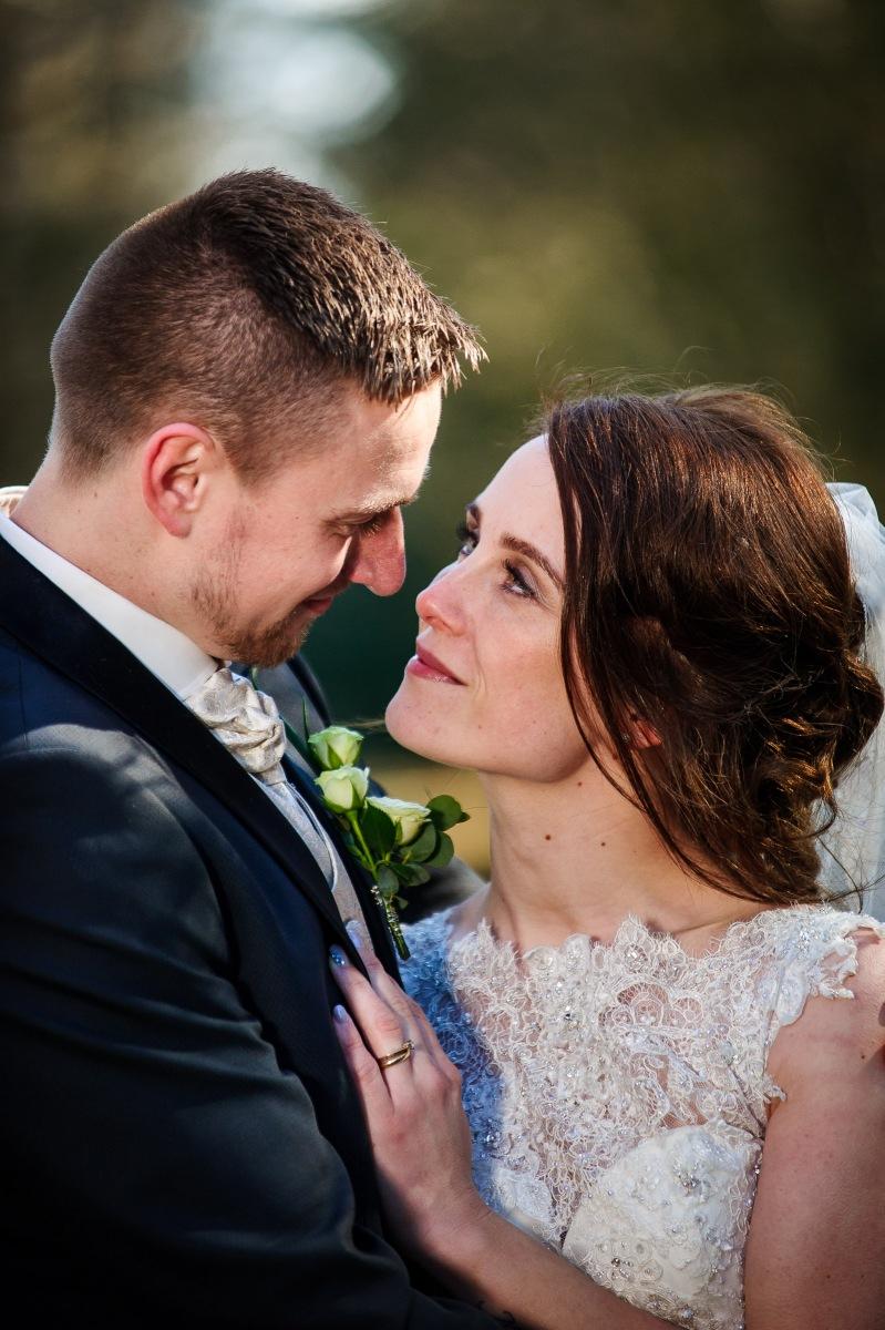Brudepar kigger intenst mod hinanden
