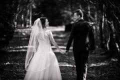 Brudepar kigger mod hinanden i skoven