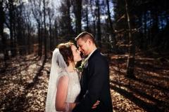 Brudepar kysser i skoven