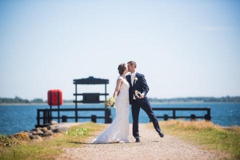 Bryllupsfotograf. Brudepar ved havet