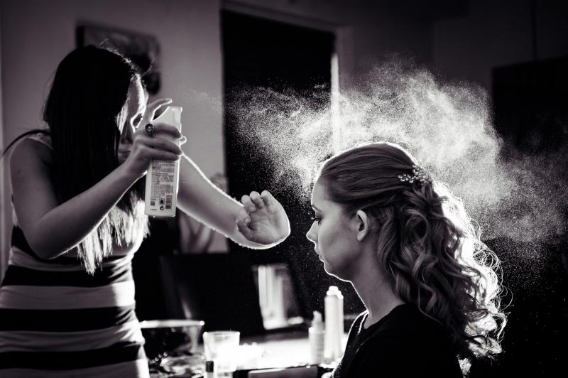 Brud bliver gjort klar. Spray i håret. Kolding