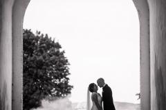 Brudepar kysser i port fyn