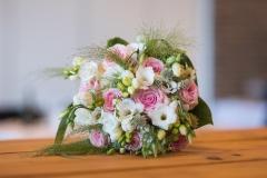 Bryllupsfotograf. Brudebuket på bord. rosa